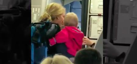 Subía al avión con sus bebés cuando fue agredida con un cochecito por un empleado de American Airlines