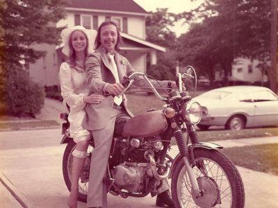 ¿Guardarías tu vestido de boda para recrear ese día 40 años después?