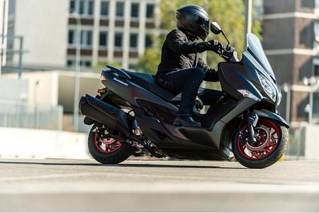 Un Suzuki Burgman 400 más atrevido y menos burgués ya está a la venta, ¡y con 800 euros de descuento!