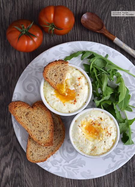 Huevos en cocotte con tomate y queso de cabra
