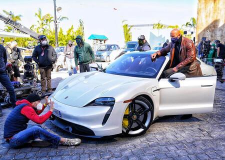 """Dwayne Johnson """"La Roca"""" demuestra que medir 1.96 m no es fácil: no cupo en un Porsche Taycan"""