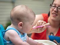 ¿Hay algún peligro por utilizar el microondas para calentar la comida de los niños?