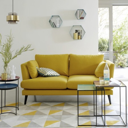 Siete ideas para meter un sofá en un salón pequeño y no morir en el intento