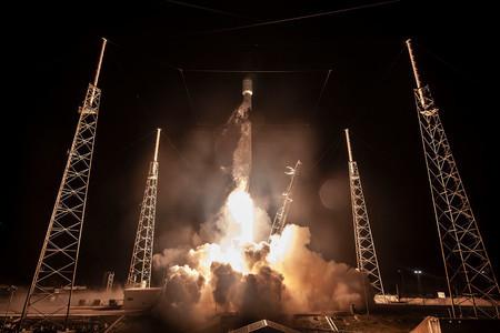 SpaceX bate récord de reutilización del Falcon 9 con un quinto lanzamiento cargado de satélites Starlink