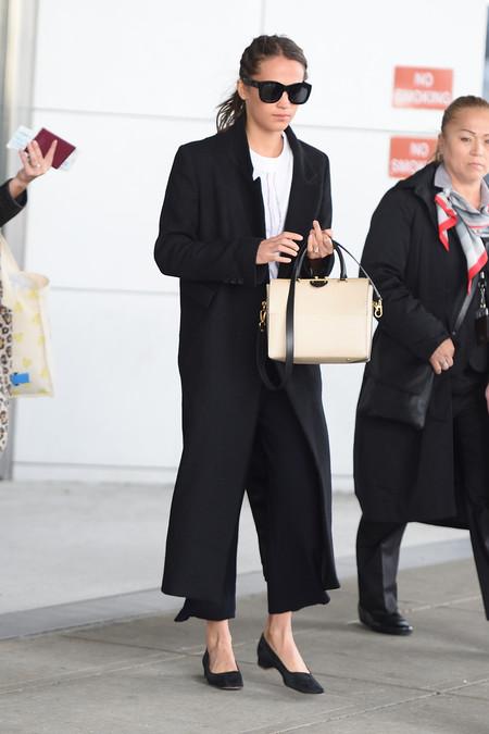 alicia vikander estilismo look outfit aeropuerto