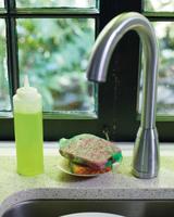 El reto: guardar los utensilios para fregar los platos