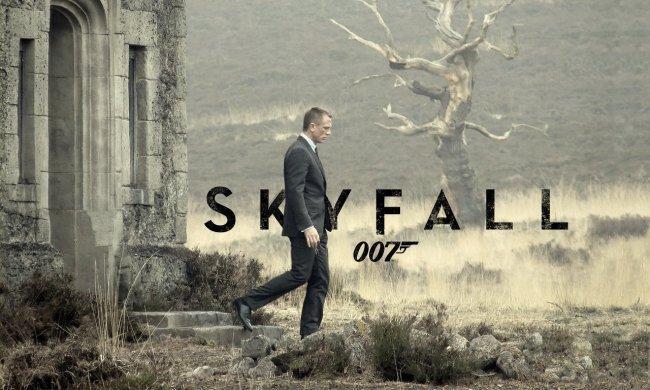 Imagen con el cartel promocional de 'Skyfall'