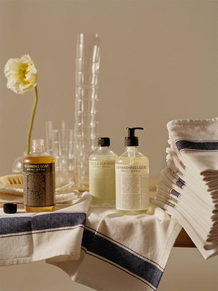 Para vestir bien, ARKET quiere que cuides tu ropa con su nueva línea de productos de lavado