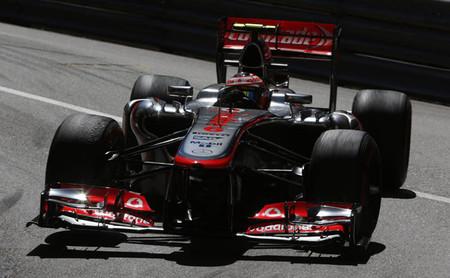 Kimi Räikkönen carga sobre Sergio Perez