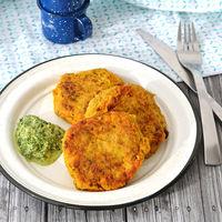 Tortitas de pescado con especias indias y salsa de cilantro. Receta para cuaresma