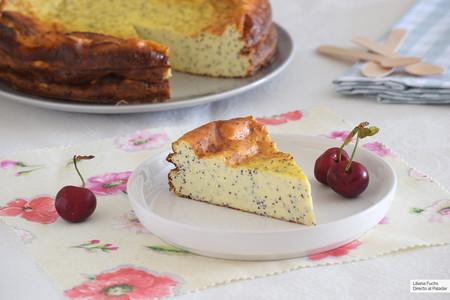 Tarta de yogur griego y queso fresco con semillas de amapola