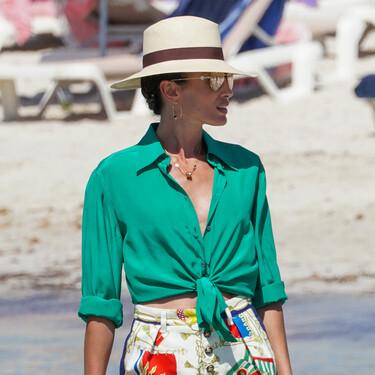 Nieves Álvarez luce en la playa el lookazo más estiloso de este verano