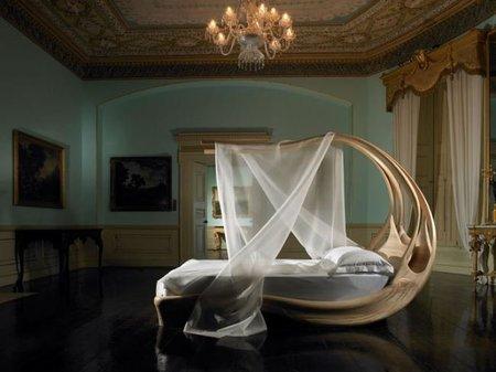 Una cama con dosel de formas sinuosas