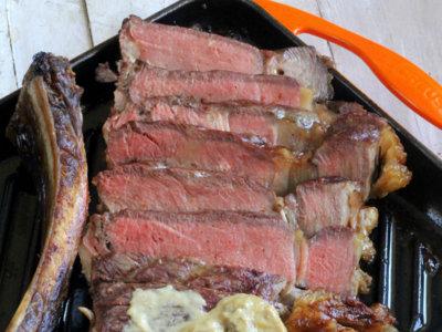 Chuletón al horno en cocción lenta con salsa de boletus. Receta para triunfar