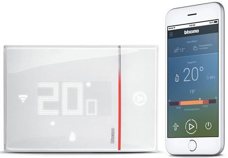 Este termostato se conecta al Wi-Fi de casa para permitir controlar la climatización a distancia y ahorrar en la factura