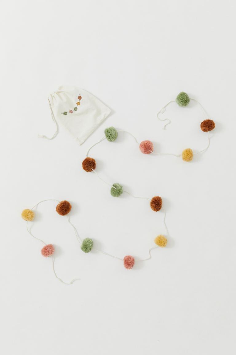 Guirnalda con pompones en distintos colores. Largo aprox. 2,7 m