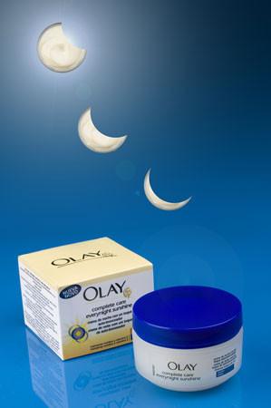 Crema hidratante Olay con toque autobronceador de noche