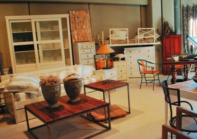Muebles decapados lacados y envejecidos en el showroom de - Muebles envejecidos ...