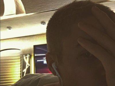 Justin Bieber se tatúa el careto... o tiene una peca rara