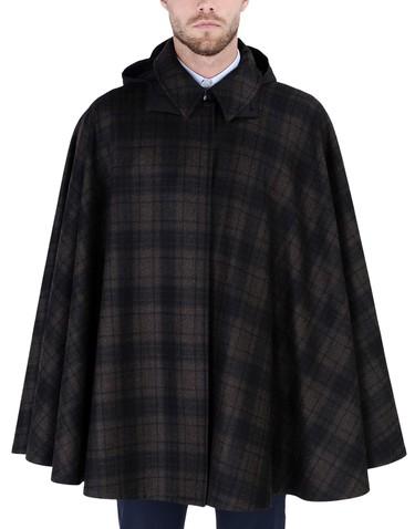 Caruso nos propone una capa corta con capucha