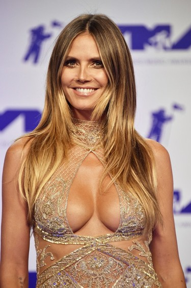 Heidi Klum impacta con el escotazo de la noche de los MTV Music Video Awards 2017