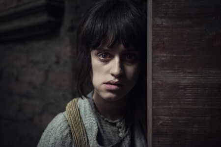 Anya Chalotra como Yennefer