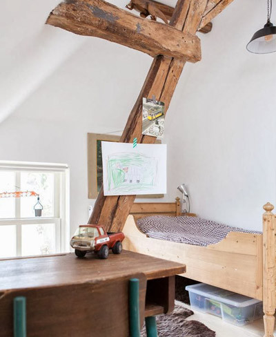 Dormitorio con viga de madera