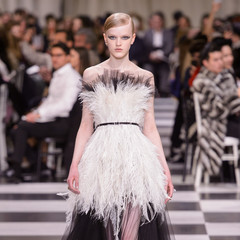 Foto 34 de 74 de la galería dior-alta-costura-maria-grazia-chiuri-y-su-magico-desfile-en-blanco-y-negro-primavera-verano-2018 en Trendencias