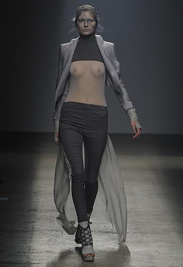 Foto de Gareth Pugh, Primavera-Verano 2010 en la Semana de la Moda de París (7/17)