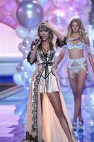 Taylor Swift y Ariana Grande no desentonaron entre tanto ángel
