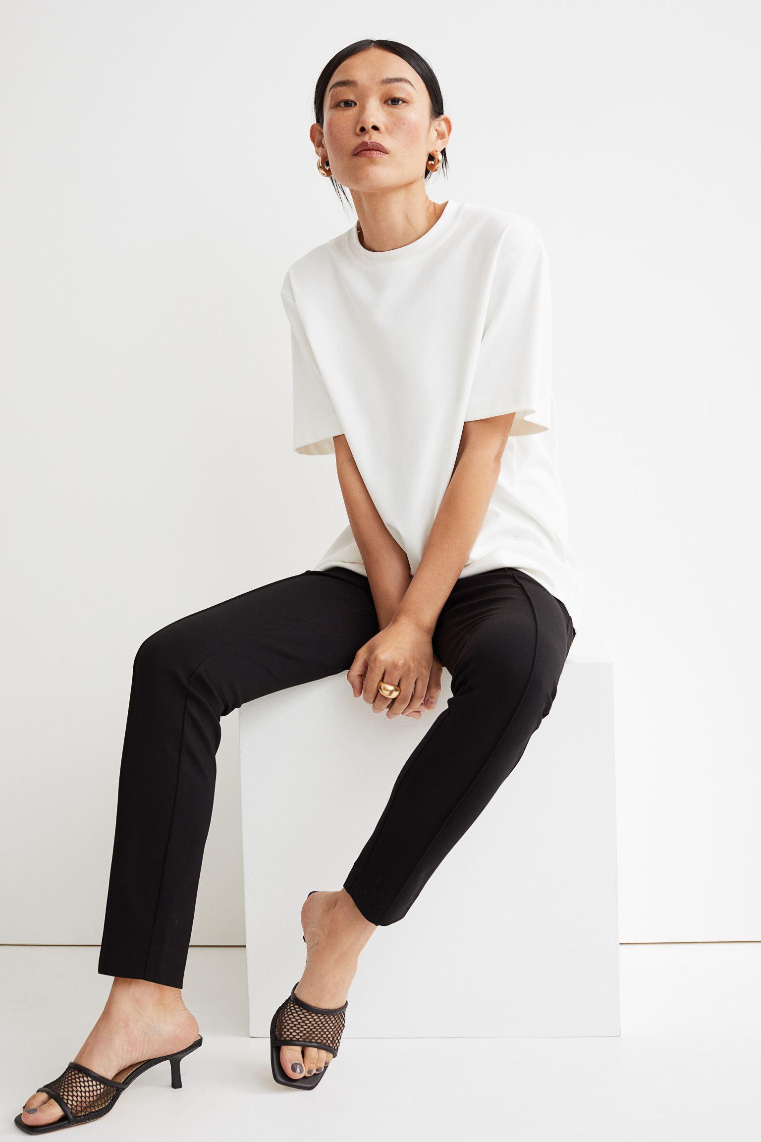Pantalón ajustado con costuras