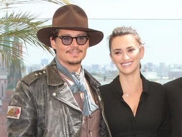 Penélope Cruz e Indiana Jones... digo Johnny Depp, llegan a Europa