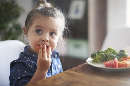 Nina Comiendo Vegetales