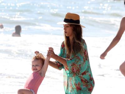 Jessica Alba y Alessandra Ambrosio, los últimos chapuzones del verano