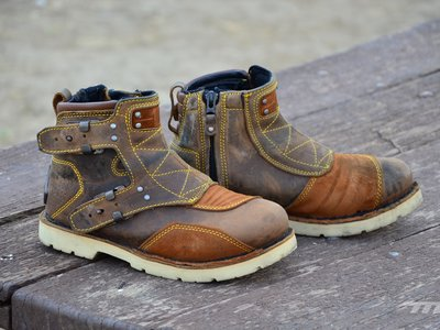 Probamos las botas Icon 1000 El Bajo, un calzado de moto diferente con pinta de tipo duro