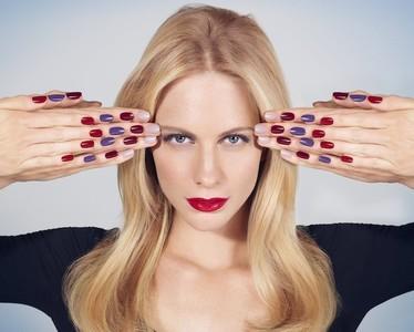 ¿Qué puede haber mejor que una buena laca de uñas? Que ésta la presente Poppy Delevingne