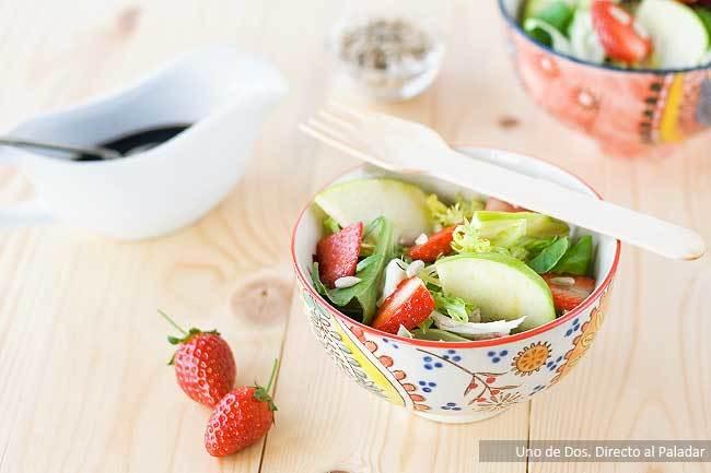 Ensalada de manzana y fresas con pipas