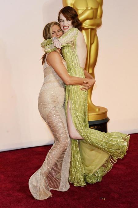 Jennifer Aniston abraza a Emma Stone en la alfombra roja