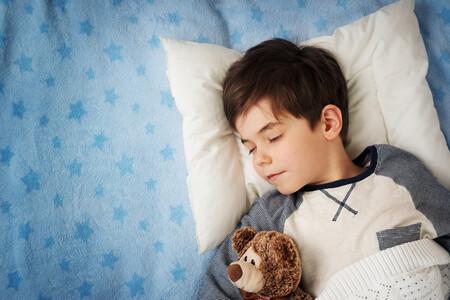 """""""Mi hijo habla dormido"""": qué es la somniloquia y cómo afecta este trastorno del sueño a los niños"""