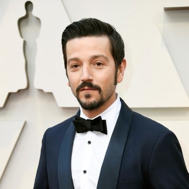 Diego Luna se enfunda en la simpleza elegante de un smoking premios Óscar 2019
