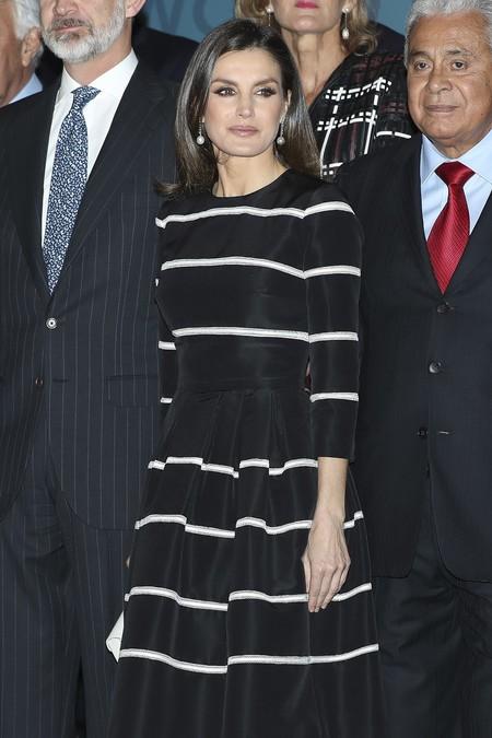 La Reina Letizia repite vestido en blanco y negro para conseguir un look sobresaliente