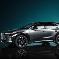 """Toyota invertirá 13,600 millones de dólares para que las baterías de sus próximos autos eléctricos sean más """"baratas"""" y se carguen más rápido para 2030"""