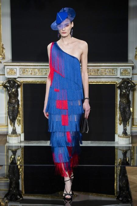 Giorgio Armani Privé apuesta por los tejidos de lujo para brillar como una estrella
