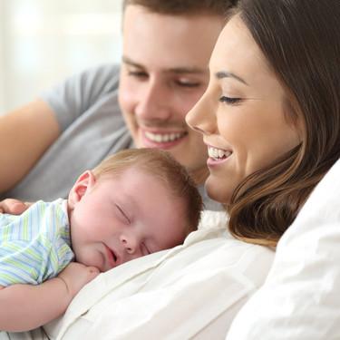 Permisos de maternidad y paternidad iguales e intransferibles, ¿pero qué necesitan realmente los bebés?