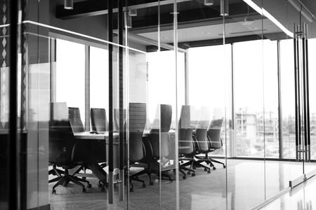 Sala de reunión de una oficina totalmente vacía.