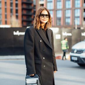 Así se lleva el abrigo clásico negro este invierno 2020 según el street style