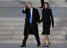 Melania Trump sí tiene quien le vista: Ralph Lauren de día y Karl Lagerfeld de noche