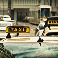 """Los taxistas madrileños acuerdan vestir uniforme azul para """"mejorar la imagen del sector"""""""