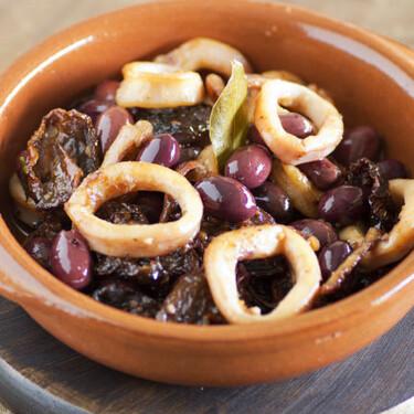 Calamares con olivas negras, receta de guiso marinero fácil con un toque diferente