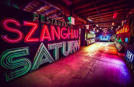 Los carteles que iluminaron la Guerra Fría brillan de nuevo en The Neon Museum de Varsovia